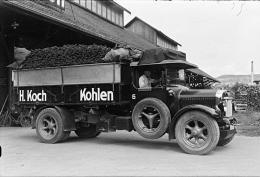 Kohlen vom Kohlen-Koch parat für den Transport, Lager an der Rautistrasse 26, Blick Richtung Waid, Fotografie Gebrüder Welti 1942