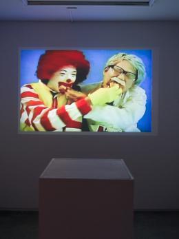 Installationsansicht in der Gallerie Take Ninagawa, Tokio: Taro Izumi, Cartilage Flag, 2020, Einkanalvideo © Taro Izumi, courtesy Take Ninagawa, Tokio, Foto: Kei Okano
