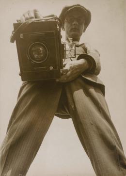 Willi Ruge: Selbstbildnis aus der Regenwurm-Perspektive, ca. 1927. Silbergelatinepapier; © Staatliche Museen zu Berlin, Kunstbibliothek. © Erbengemeinschaft Ruge