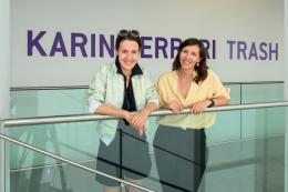 "Künstlerin Karin Ferrari (links) und Kuratorin Rosanna Dematté (rechts) beim Eingang zur Ausstellung ""Karin Ferrari. Trash Mysticism""  © Wolfgang Lackner"