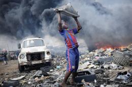 """Internationaler Wettbewerb """"Unicef-Foto des Jahres"""", Ghana: Unser Schrott in Afrika, Kai Löffelbein, 2011, 1. Preis, Agentur Laif © 2011 Kai Löffelbein / Agentur Laif. All Rights Reserved"""
