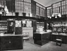 """Otto Prutscher, Innenraum der Apotheke """"Zum goldenen Adler"""", 1911 © Archivio Famiglia Otto Prutscher, Mailand"""