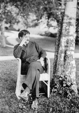 Otto Prutscher in einem Sessel von Josef Zotti, 1913 Fotografie: Karl Ehn © Archivio Famiglia Otto Prutscher, Mailand