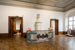 Installationsansicht, unter flaschen. die Fledermaus in der Bar du Bois, Foto: Manuel Lopes Carreon, Universität für angewandte Kunst Wien, Kunstsammlung und Archiv