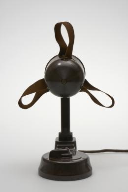 Tisch-Ventilator, 1930er Jahre Ausführung: AEG, Deutschland oder Österreich Bakelit, Leder; 33,5 × 11,5 × 11,5, Sammlung Kargl 35.03.03.12.388 Foto: © MAK/Georg Mayer