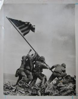 "Joe Rosenthal (1911–2006), ""Hissen der Flagge auf Iwo Jima"", 1945 (Abzug ca. 1955) Silbergelatineabzug, 21,1 x 16,5 cm, Kunstpalast, Düsseldorf"