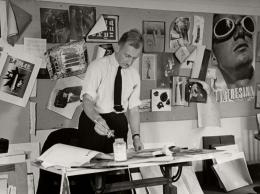 """George Karger, Alexey Brodovitch in seinem Studio bei Harper's Bazaar, 1937, im Hintergrund das Plakat """"Pontresina"""" von Herbert Matter von 1936, Museum für Gestaltung Zürich, Grafiksammlung, © Pix Inc./The LIFE Images Collection"""