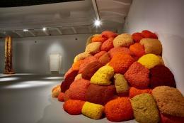 MAK-Ausstellungsansicht, v.l.n.r.: Apprentissages de la Victoire, 2008–2016, Slow but Safe Passage, 2019 und La Sentinelle de Safran, 2018 © MAK/Georg Mayer