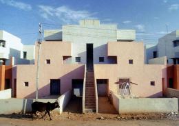 Wohnhaus vor dem Einzug der Bewohner in seiner ursprünglichen Konfiguration: »Housing for Life Insurance Corporation« (LIC), Ahmedabad, 1973 © Vastushilpa Foundation, Ahmedabad