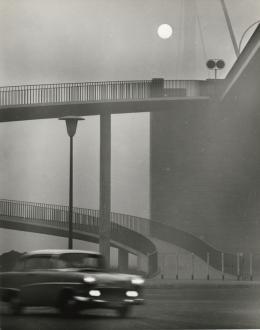 Ludwig Windstosser (1921–1983), Düsseldorf (Fußgängerbrücke), 1950er Jahre Silbergelatineabzug, 29,6 x 23,4 cm, Kunstpalast, Düsseldorf