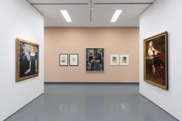 """Blick in die """"Tiroler Moderne? Tiroler Kunst 1900 bis 1960"""" im Ferdinandeum. Im Bild u. a., v. l. n. r. das """"Porträt Erna Unterberger"""", 1922, Artur Nikodem, das """"Familienporträt"""", 1929, Ernst Nepo und """"Mädchen mit rosa Masche und sitzender Knabe in Matrosenanzug"""", 1917, Anton Kirchmayr  © Wolfgang Lackner"""