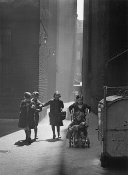 """Wolf Suschitzky, """"Tenements"""", 1936, Silbergelatineabzug auf Barytpapier Fotosammlung des Bundes am Museum der Moderne Salzburg © Fotohof Archiv"""