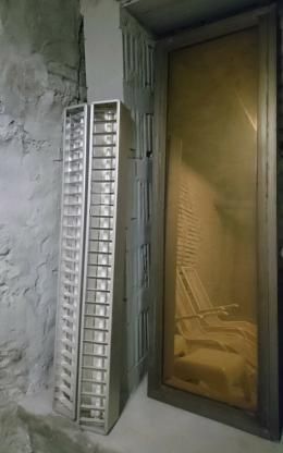 Fensterscheiben aus dem Palast der Republik (Kollektiv der Bauakademie der DDR 1973-76) in einem Berliner Keller, 2019, © Andreas Fogarasi & Bildrecht GmbH, 2019, Courtesy der Künstler