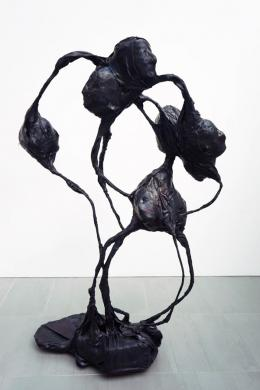 Sara Masüger, ohne Titel, 2018. Gummi, Aluminium, Eisen, Zement, 190 x 128 x 78cm; Courtesy of the artist