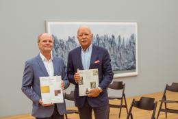 Dr. Uwe Wieczorek, Kurator der Hilti Art Foundation, und Michael Hilti, Präsident der Hilti Art Foundation, mit den zwei Bänden des Sammlungskatalogs, Foto: Sandra Maier