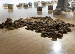 Sheela Gowda, Untitled (Cow dung), 1992-2012, Ausstellungsansicht Lenbachhaus, 2020, Foto: Lenbachhaus, Simone Gänsheimer © Sheela Gowda