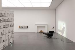"""Zilla Leutenegger, """"Library"""", 2007, Installation mit Wandzeichnung, 1 Eames Loungesessel, 1 fireplace, Holzstücke, 1 Lampe, 1 Projektion (Farbe, Ton, 3 Min.) © Sammlung Goetz, Medienkunst, München"""