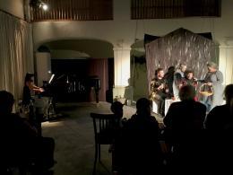 Orchester ist das Klavier und das Ensemble besteht aus vier SängerInnen (© MPS)