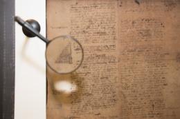 """""""Gottfried Wilhelm Leibniz' (1646–1716) Notiz des Binärsystems. Ausstellung """"KI.Robotik.Design"""". © Die Neue Sammlung - The Design Museum. Foto: Barbara Donaubauer"""