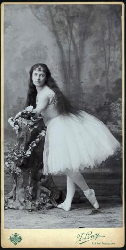 Luigia Cerale als Giselle Einstudierung: Carl Telle, Musik: Adolphe Adam, um 1880 Foto: J. Löwy, Wien Theatermuseum © KHM-Museumsverband