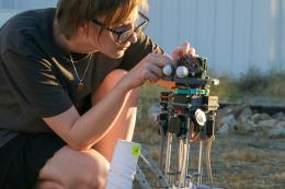 "Sarah Petkus and Robot, ""Noodle Feet""  © Fotocredit: Sarah Petkus"