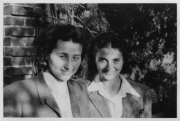 Anita Lasker, Fotografie Anita Lasker und ihre Schwester Renate, um 1945; Privatbesitz