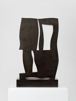 Hans Arp, Schwelle mit Pflanzenzinnen, 1959, Bronze, 74 x 44,5 x 6,5 cm © Stiftung Arp e.V., Berlin/Rolandswerth/2021, ProLitteris, Zürich, Mit freundlicher Genehmigung von Hauser & Wirth