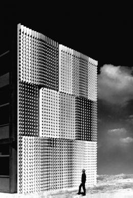 Heinz Mack, Sahara-Relief, 1960 /1961, Material: Beton, Höhe: 13 m, ehem. Mathildenhofschule, Leverkusen, heute demontiert, Courtesy Archiv Atelier Heinz Mack © Heinz Mack/VG Bild-Kunst, Bonn, 2021 Foto: Archiv Atelier Heinz Mack