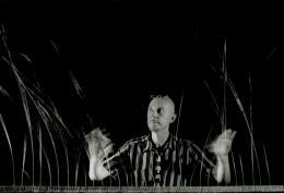 Len Lye mit seiner kinetischen Skulptur Grass , 1961-65 Fotografie © Courtesy of the Len Lye Foundation