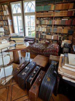 Fränkels Bibliothek und Koffer mit dem Kryptonachlass Spitteler. Foto: Simon Schmid © Schweizerische Nationalbibliothek