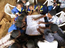 Kounkuey Design Initiative: Kibera Public Space Projekt, Nairobi, Kenia, seit 2006 Die Kounkuey Design Initiative entwickelt gemeinsam mit Grassroots Organisationen produktive öffentliche Räume in Kibera, Nairobi, um ökologische Anliegen, sanitäre Einrichtungen, lokale Alternativ-Ökonomien und Sicherheit miteinander zu verbinden.  © Kounkuey Design Initiative, Foto: Jesús Porras