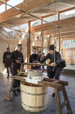 Xu Tiantian/DNA_Design and Architecture: Tofu Factory, Caizhai Village, Songyang, China, 2018 Architektin Xu Tiantian hat für den Bezirk Songyang in China eine Reihe von zusammenhängenden Interventionen zur Stärkung des ländlichen Raums entworfen; so die Tofu Fabrik in Caizhai, die gleichzeitig Produktionsstätte, öffentlicher Raum und touristischer Anziehungspunkt ist.  © Foto: Wang Ziling