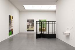 """Zilla Leutenegger, Ausstellungsansicht mit den Monotypien """"Alpküche"""" (2020), """"Broken Kitchen"""" (2021), """"Bagno Verde"""" (2020) und der Installation """"Tropf, tropf"""" (2018) © Alle: Courtesy the artist and Galerie Peter Kilchmann, Zürich"""