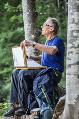 Nino Malfatti beim Zeichnen der Kanisfluh, 2019, Foto: Petra Rainer