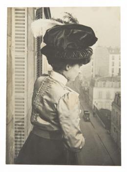Frau auf einem Balkon in Paris, Künstler: Unbekannt, 1912-1915, Silbergelatineabzug, 10.9 x 7.9 cm © as a collection by Jacques Herzog und Pierre de Meuron Kabinett, Basel. All rights reserved.
