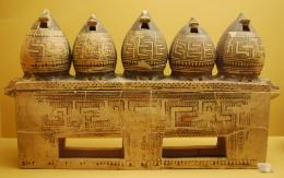 Attische Keramikkiste mit Miniaturimitationen von Getreidespeichern des Frühgeometrisch II aus Athen. Ihre Datierung wird aufgrund der neuen C-14-Daten beeinflusst. © Stefanos Gimatzidis/ÖAW