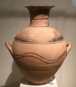Attische Amphora des Frühprotogeometrisch aus Athen. Gefäße wie diese bilden die Grundlage für die Konstruktion des griechischen geschichtswissenschaftlichen Zeitrasters, das jetzt aufgrund neuer Befunde in Frage gestellt wird. © Stefanos Gimatzidis/ÖAW