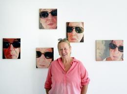 Alexandra Wacker vor ihren Selbstbildnissen (c) Rudolf Sagmeister