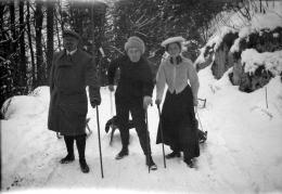 Alexej von Jawlensky, Thomas und Olga von Hartmann mit Schlitten auf einem Waldweg bei Kochel, Februar 1909; Gabriele Münter- und Johannes Eichner-Stiftung, München. Foto: Gabriele Münter