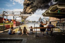 Am 27.Mai 2018 brannten am Basler Rheinhafen alte Bahnschwellen. Schaulustige sehen der Rauchsäule zu, obwohl die Polizei Giftalarm ausgelöst hat. © Swiss Press Photo,  Stefan Bohrer