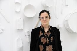 """Amalia Pica, Gewinnerin des """"Zurich Art Prize 2020"""", Arbeit im Hintergrund: """"(un)heard """", 2016 Collection Cc Foundation, Shanghai"""