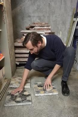 Andreas Fogarasi mit Fussbodenplatten aus dem Südbahnhof, 2019, Foto: Karin Schmidt