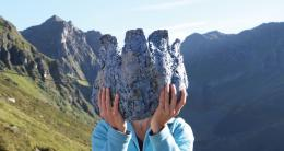 """Isa Schmidlehner, """"Gruß aus den Alpen"""", 2020, Struktur aus Pappmachè und Glimmerschiefer gerieben  © SilvrettAtelier"""