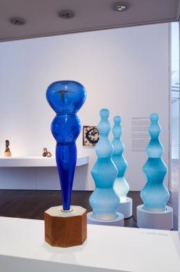 Blick in die Sammlungspräsentation Arp 2019: Ohne Titel, Hans Arp, ca. 1963 | Blue Light Ghosts, Otto Piene, 2014; © Sprüth Magers, Foto: Mick Vincenz