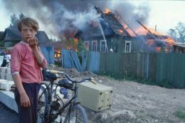 Axel Schön, Untitled, from the series: Feuer, Novgorod 1993, 1993 © Axel Schön