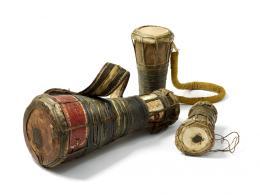 Bàtá-Trommeln der Yorùbá, Sammlung Ulli Siebenborn / drummuseum.com. Foto (c) Völkerkundemuseum der Universität Zürich (Kathrin Leuenberger) 2019.