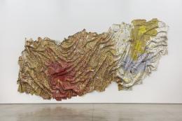 """El Anatsui, """"Gravity and Grace"""", 2010 Flaschenverschlüsse aus Aluminium und Kupferdraht 482 x 1120 cm Collection of the artist Nsukka, Nigeria © El Anatsui. Courtesy of the artist and Jack Shainman Gallery, New York"""
