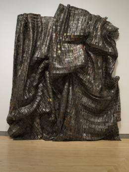 "El Anatsui, ""Black Block"", 2010 Aluminium und Kupferdraht zwei Teile, je 525,8 x 339,1 cm, 30,39 kg Brooklyn Museum, Bequest of William K. Jacobs, Jr., by exchange, 2013.7a-b. © El Anatsui"