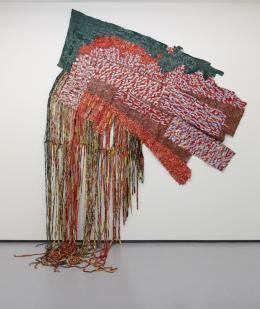 """El Anatsui, """"Awakened"""", 2012 Gefundenes Aluminium und Kupferdraht 337,8 x 266,7 cm (einschliesslich Quasten) Privatsammlung, USA © El Anatsui. Courtesy of the artist and Jack Shainman Gallery, New York"""