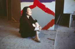 Teruko Yokoi vor einem Werk im Chelsea Hotel, New York, 1959 © the artist